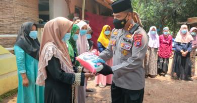 Peduli Masyarakat Terdampak Covid-19, Tim Warung Jum'at Barokah Polda Banten Salurkan Bansos